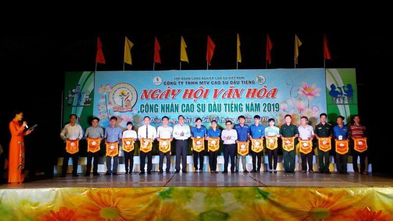 Đảng ủy, ban Tổng giám đốc, Công đoàn, Đoàn Thanh Niên công ty trao cờ lưu niệm cho các đơn vị tham gia Ngày hội Văn hóa năm 2019