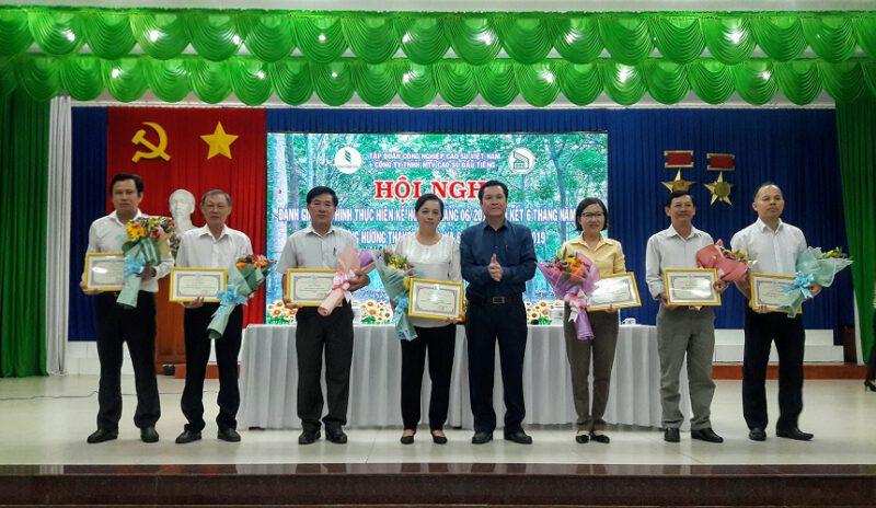Hình 1: Ông Lê Thanh Hưng – Tỉnh ủy viên, Bí thư Đảng ủy, Tổng Giám đốc Công ty trao thưởng cho Ban thu mua mủ cao su tiểu điền và các Nông trường